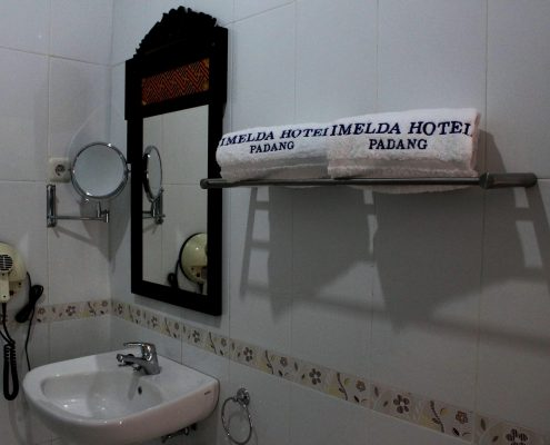 hotel imelda padang bathroom